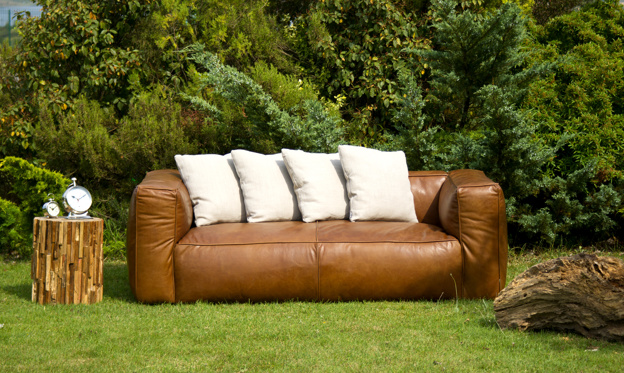 normal sofa placeret i haven
